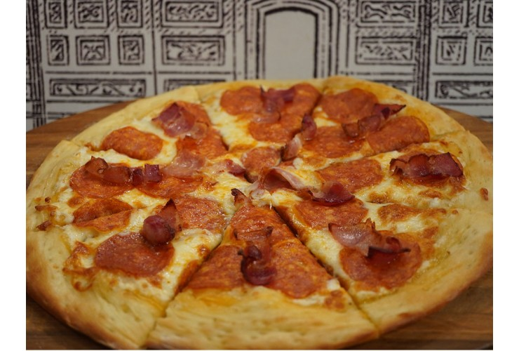Пицца с беконом и пепперони