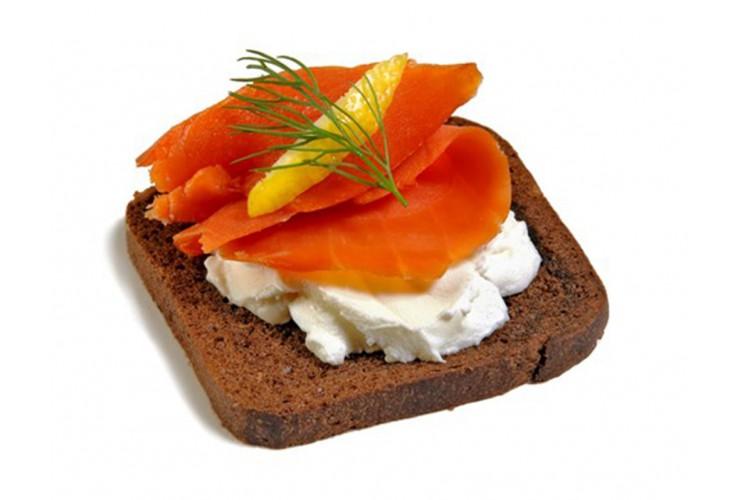 Семга слабосоленая со сливочным сыром и гренками